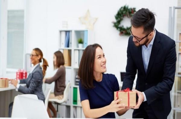 Quà tặng nhân viên ý nghĩa - tạo sự bất ngờ, gắn kết tinh thần đồng nghiệp